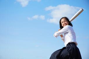 野球のバットを振る女子高生の写真素材 [FYI02824016]