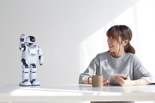 ロボットと会話をする女性の写真素材 [FYI02824024]