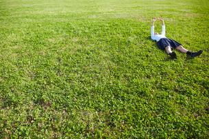 芝生に転がる女子高生の写真素材 [FYI02824035]