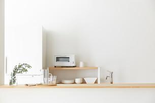 シンプルでナチュラルなオープンキッチンの写真素材 [FYI02824080]
