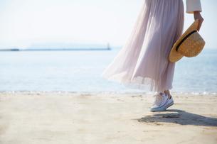 海辺を歩く女性の足元の写真素材 [FYI02824091]