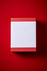 赤い天板に置かれたお年賀の写真素材 [FYI02824095]