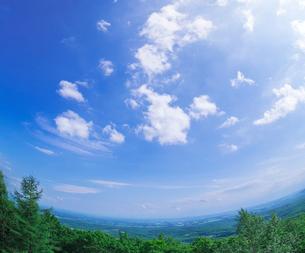 北海道 十勝平野 点景  雲と青空 の写真素材 [FYI02824118]
