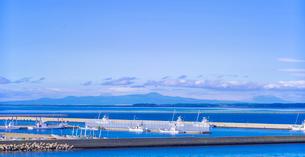 北海道 野付漁港と国後島遠望の写真素材 [FYI02824123]