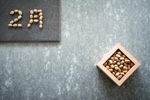 コンクリ調の背景と大豆の入った升と大豆で書かれた2月の写真素材 [FYI02824132]