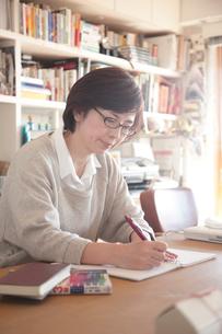 資格取得の勉強をするミドル女性の写真素材 [FYI02824140]