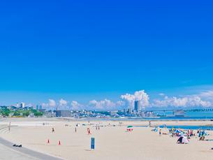 砂浜と青空と夏雲の写真素材 [FYI02824145]