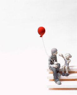 風船を持つ若者と子どものクラフトの写真素材 [FYI02824165]
