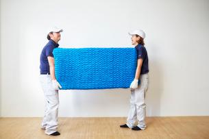 家具を運ぶ男女の引っ越しスタッフの写真素材 [FYI02824196]