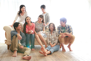 ソファ周りでくつろぐ7人の若者たちの写真素材 [FYI02824206]