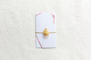 白い和紙上の亀の水引がついた金封の写真素材 [FYI02824231]