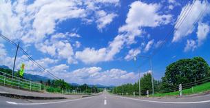 北海道 十勝平野 点景  青空と雲と直線道路 の写真素材 [FYI02824241]