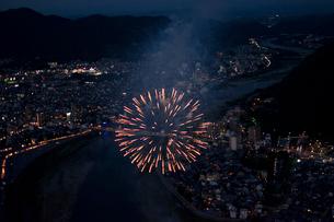 空撮:長良川花火の写真素材 [FYI02824260]
