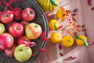 秋の味覚 リンゴとユズの写真素材 [FYI02824262]