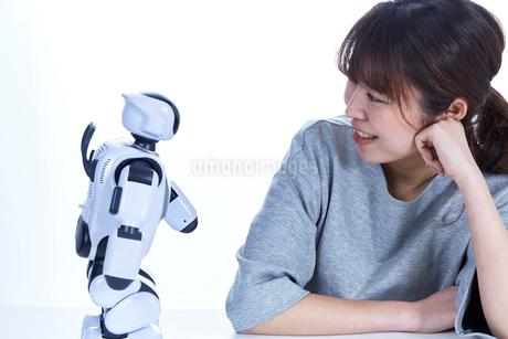 ミニロボットとおしゃべりする女性の写真素材 [FYI02824264]