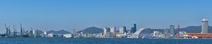 神戸メリケンパークから工場区(川崎重工)方面遠望の写真素材 [FYI02824300]