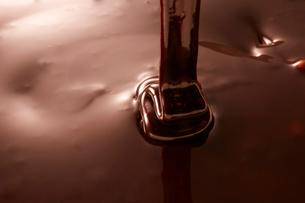 リボン状に垂らした溶けたチョコレートの写真素材 [FYI02824305]