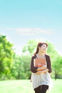 公園を歩く女子大生の写真素材 [FYI02824341]