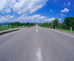 北海道 十勝平野 点景  青空と雲と直線道路 の写真素材 [FYI02824378]