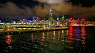 香港ヴィクトリア湾の夜景の写真素材 [FYI02824401]