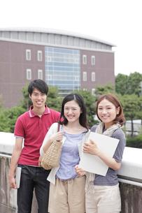 屋上で微笑む3人の男女大学生の写真素材 [FYI02824414]