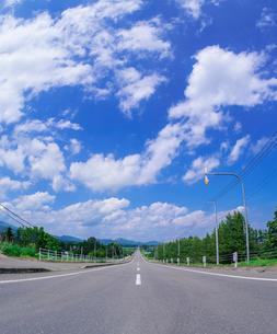 北海道 十勝平野 点景  青空と雲と直線道路 の写真素材 [FYI02824487]