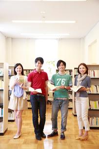 図書室で微笑む4人の男女大学生の写真素材 [FYI02824498]