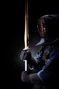 剣道の構えをする道着を着た男性の写真素材 [FYI02824508]