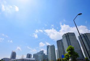 飛行機雲とみなとみらい21の高層タワーマンション群の写真素材 [FYI02824542]