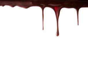 上から垂れ落ちる溶けたチョコレートの写真素材 [FYI02824556]