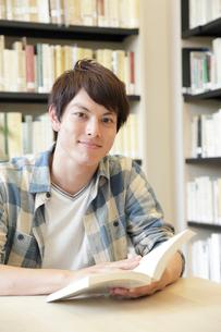 図書室で微笑む大学生の写真素材 [FYI02824562]