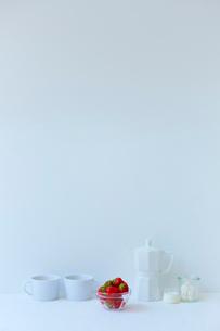 白い空間の中にあるイチゴの写真素材 [FYI02824568]