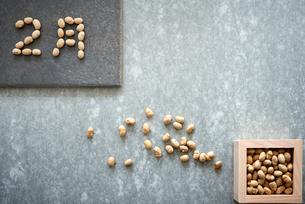 コンクリ調の背景と大豆の入った升と大豆で書かれた2月の写真素材 [FYI02824577]