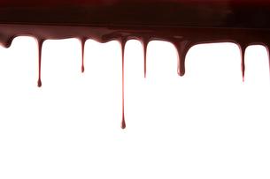 上から垂れ落ちる溶けたチョコレートの写真素材 [FYI02824585]