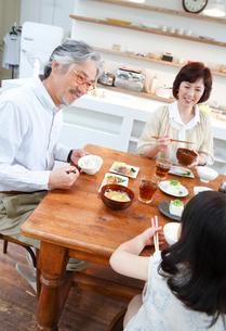朝食中の祖父母と孫の写真素材 [FYI02824618]