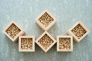 コンクリ調の天板に並べられた升と大豆の写真素材 [FYI02824627]