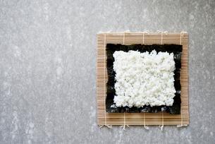 コンクリ調の背景の上の巻き寿司の写真素材 [FYI02824638]