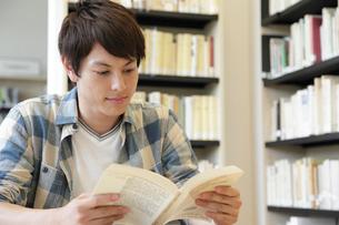 図書室で本を読む大学生の写真素材 [FYI02824639]