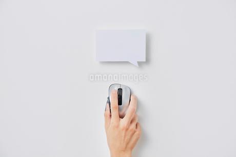 パソコンマウスと四角形の吹き出しの写真素材 [FYI02824640]