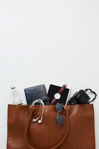 男性の仕事カバンと荷物の写真素材 [FYI02824643]