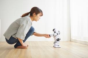 握手をしている女性とロボットの写真素材 [FYI02824665]