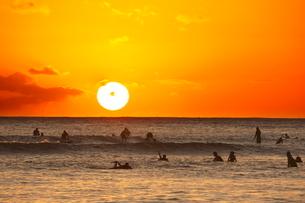 夕陽とワイキキビーチの写真素材 [FYI02824670]