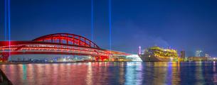 夕暮れの神戸大橋と豪華客船の写真素材 [FYI02824682]