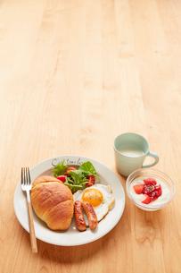 木天板の上の朝食プレートの写真素材 [FYI02824694]