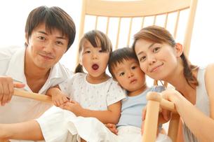 ロッキングチェアと家族のポートレートの写真素材 [FYI02824695]