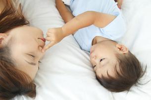 寝そべる母親と男の子の写真素材 [FYI02824722]
