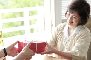プレゼントを受け取るミドル女性の写真素材 [FYI02824731]