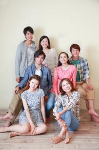白壁の前で微笑む7人の若者ポートレートの写真素材 [FYI02824732]