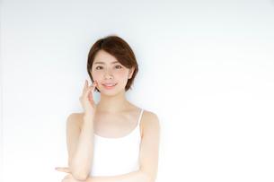 白いタンクトップを着た女性の写真素材 [FYI02824733]