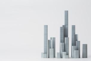 ホチキスの針で作られたビル群の写真素材 [FYI02824740]